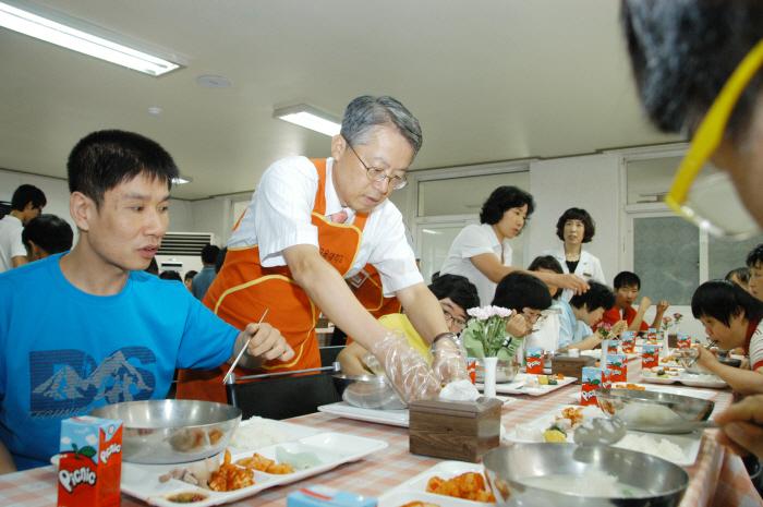 전운기 총장•교직원, 죽전원 '점심배식 및 생필품 전달'