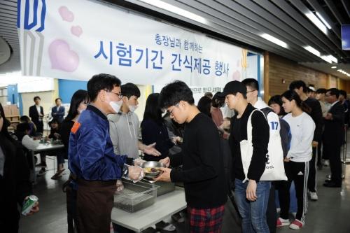 이성기 코리아텍 총장 중간고사 학생들 '간식제공'