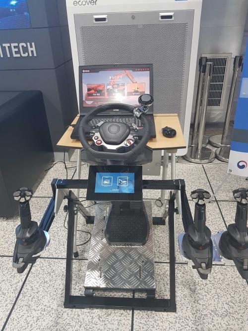 """한국기술교육대, 가상훈련용 보급형 중장비운전 시뮬레이터 """"STEP-Sim"""" 개발"""